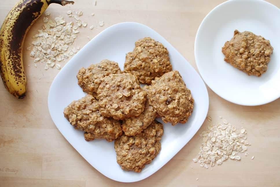 These healthy banana oatmeal cookies are a perfect way to use up overripe bananas! | Healthy Dessert | Overripe Banana Recipes | Ripe Banana Recipes | Healthy Banana Recipes